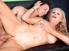 Pantyhose-Wearing Divorcee Gets A Creampie