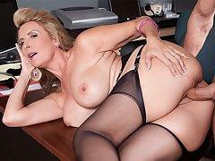 Hot wife Laura Layne eats cum